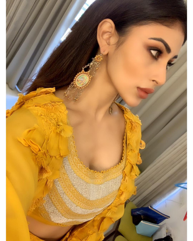 Mouni Roy in Anamika Khanna for MAMI 2018 Brunch (1)