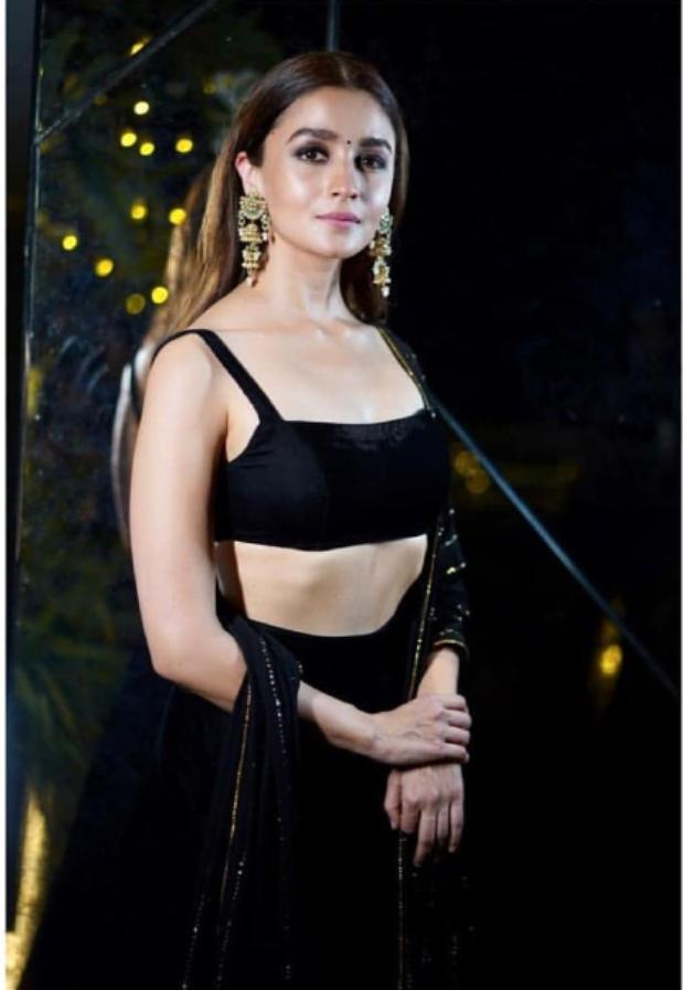 Alia Bhatt in Shyamal and Bhumika for Diwali 2018 bash (1)