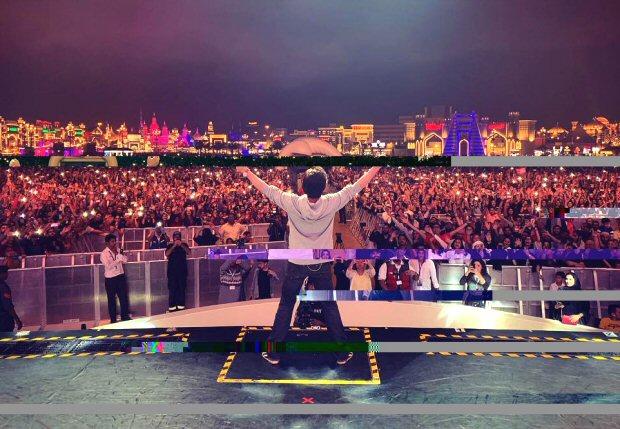Shah Rukh Khan CAPTIVATES his fans in Dubai as he promotes Zero