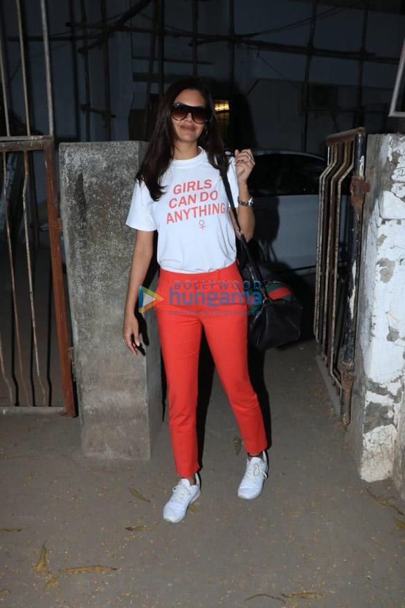 Esha Gupta spotted at a salon in Juhu (3)