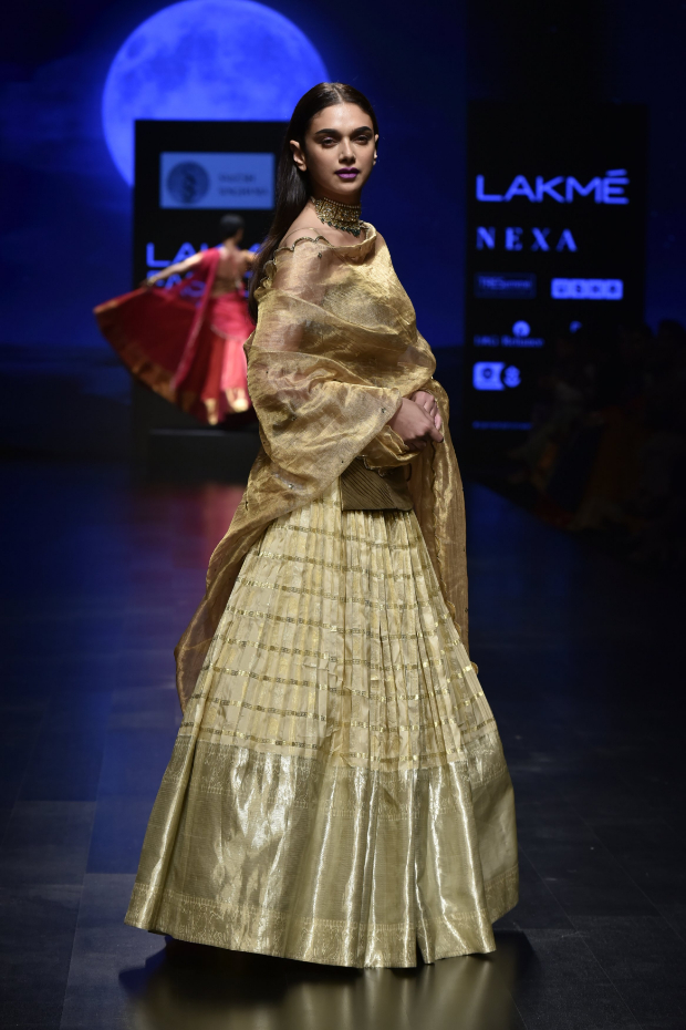 Lfw Summer/resort 2019: Aditi Rao Hydari Is An Epitome Of Grace, Poise And Sheer Beauty In Gold As Showstopper For Sailesh Singhania