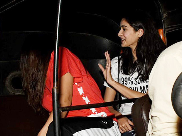 Sara Ali Khan hides her face during her rickshaw ride with Ananya Pandey and it has left us wondering about the reason!