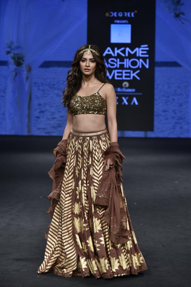 Kriti Kharbanda for Sukriti and Aakriti at LFW Summer Resort 2019 (2)