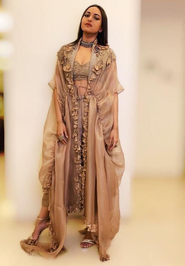 Sonakshi Sinha in Anamika Khanna for a wedding (1)