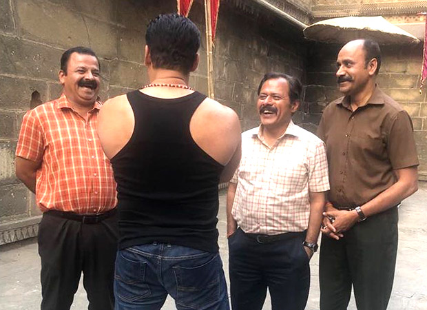 Kick start your weekend with this picture of Salman Khan reuniting with his sub-inspectors!