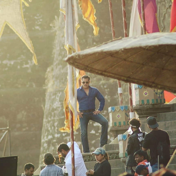 LEAKED VIDEO! Salman Khan shoots for Dabangg 3 title track with 500 dancers at Maheshwar