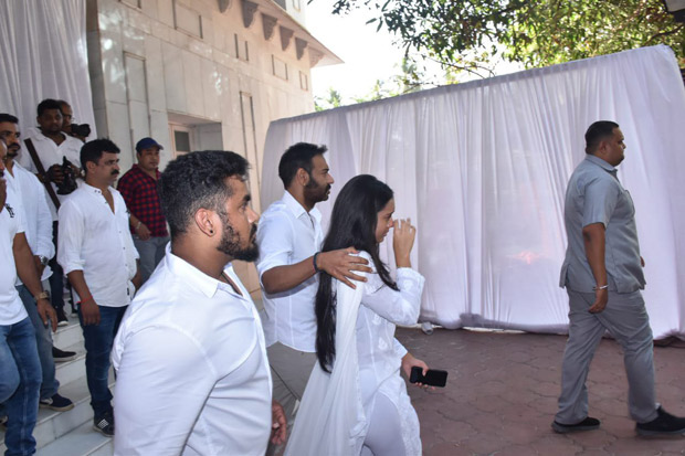 When Ajay Devgn consoled his daughter Nysa at the prayer meet of his late father Veeru Devgan