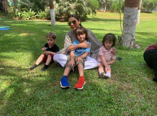 Shah Rukh Khan reacts to Gauri Khan's adorable photo with Abram Khan and Karan Johar's kids Roohi and Yash