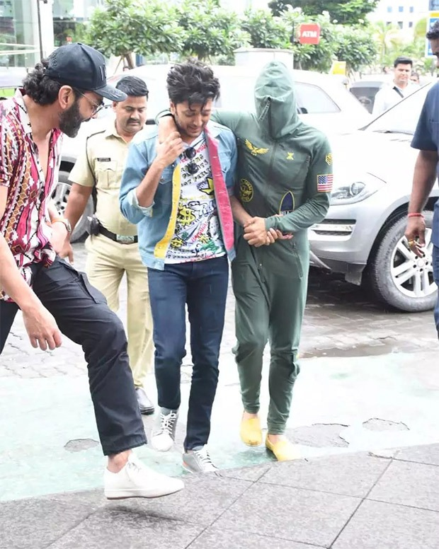 Akshay Kumar steps out for lunch with Housefull 4 cast while hiding his face from paparazzi