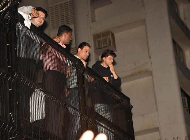 Shah Rukh Khan greets his fans on his 54th birthday at Mannat (watch videos)