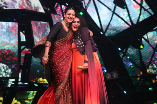 Kajol grooves to the beats of Awara Bhanwre on the sets of Indian Idol Season 11