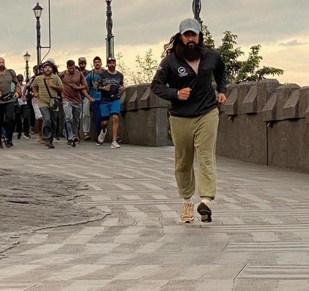 LEAKED VIDEOS: Run Aamir Run! Aamir Khan reaches Kerala for the shooting of Laal Singh Chaddha : Bollywood News - Bollywood Hungama