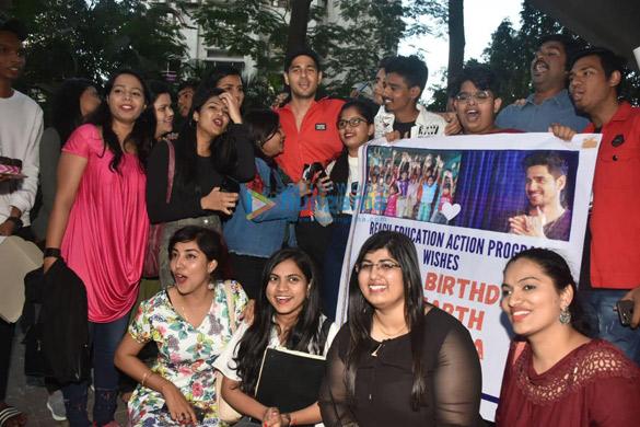 Photos Sidharth Malhotra celebrates his birthday with fans (1)