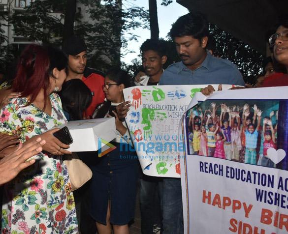 Photos Sidharth Malhotra celebrates his birthday with fans (2)