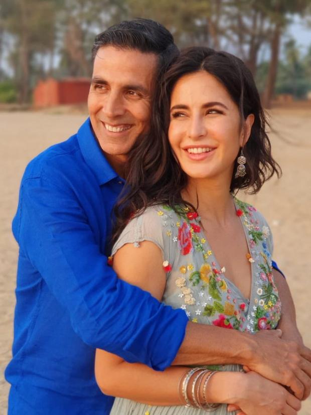 Sooryavanshi Star Akshay Kumar Holds Katrina Kaif In His Arms In This Happy Picture