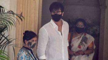 Photos: Ranbir Kapoor, Karisma Kapoor and others arrive at Rajiv Kapoor's Bungalow in Chembur