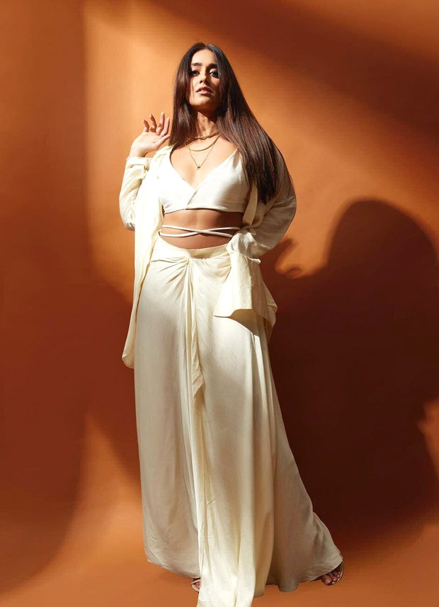 Ileana D'Cruz joins the midriff flossing trend with her all-white look for The Big Bull promotions