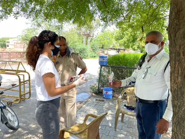 Aakanksha Singh steps out to offer buttermilk and water to cops in Jaipur
