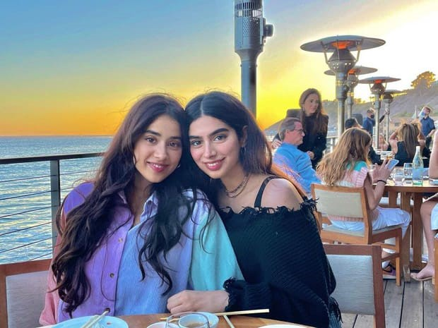 Janvhi Kapoor and Khushi Kapoor are sibling goals in new picture