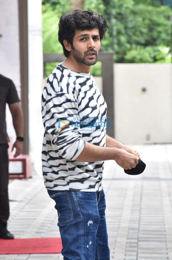 Photos Kartik Aaryan and Bhushan Kumar snapped at T-Series office in Andher-05