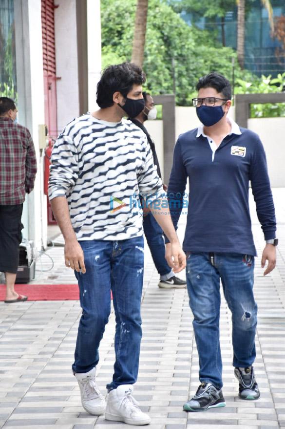Photos Kartik Aaryan and Bhushan Kumar snapped at T-Series office in Andheri (5)