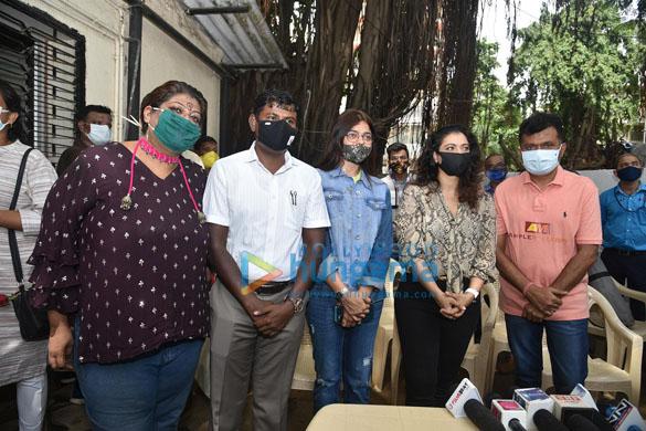 Photos Kajol, Dr.Aneel Kashi Murarka, Saniya Saiyad, Anusha S Iyer and Vishvas Mote distribute raincoats to BMC workers (2)