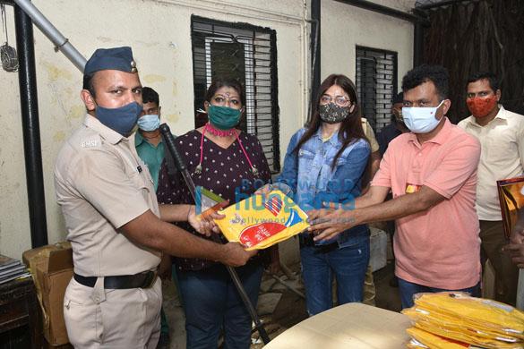 Photos Kajol, Dr.Aneel Kashi Murarka, Saniya Saiyad, Anusha S Iyer and Vishvas Mote distribute raincoats to BMC workers (3)