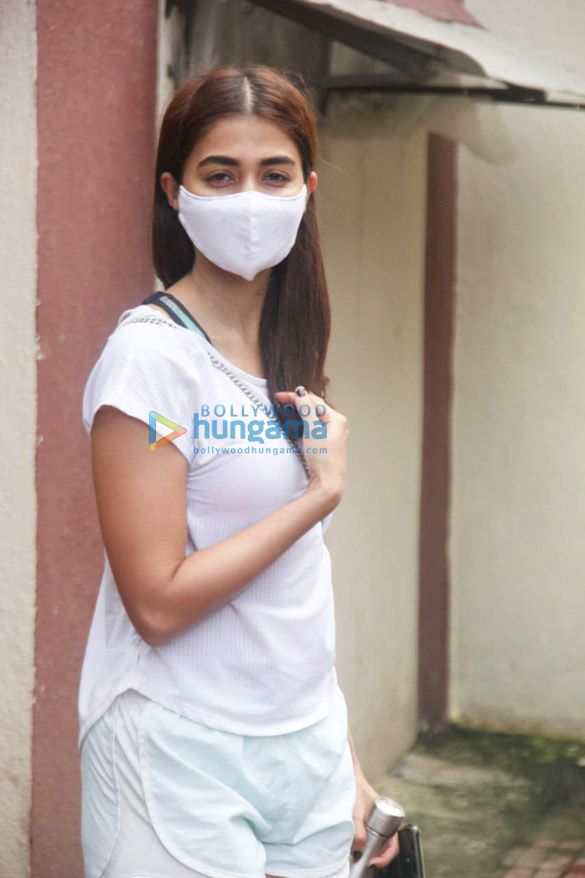 Photos: Pooja Hegde and Janhvi Kapoor snapped at the gym