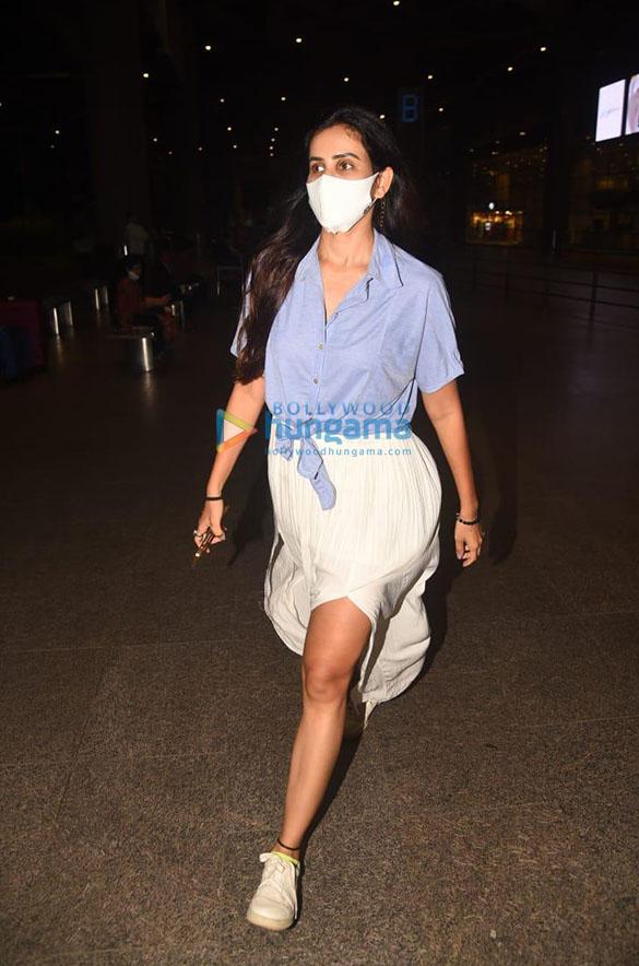 Photos Sonnalli Seygall and Bhumi Pednekar snapped at the airport (2)