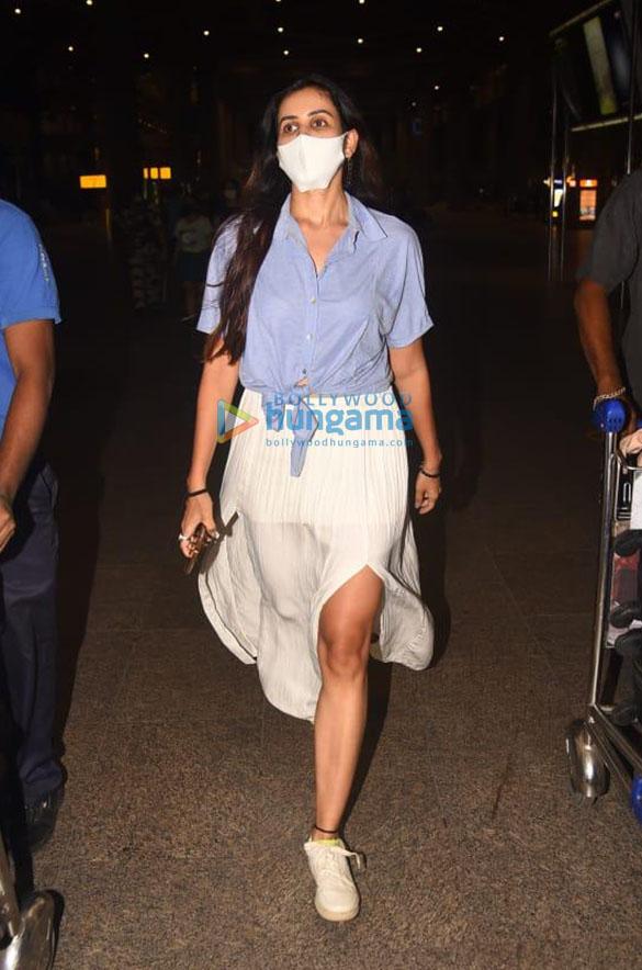 Photos Sonnalli Seygall and Bhumi Pednekar snapped at the airport (3)