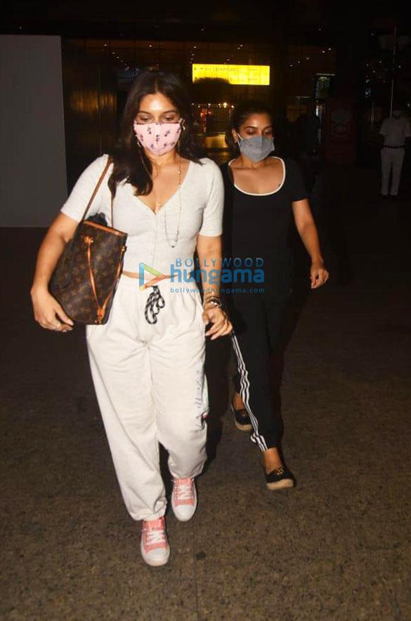 Photos Sonnalli Seygall and Bhumi Pednekar snapped at the airport (4)