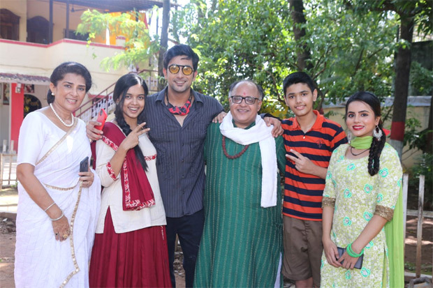 Cast of Zee TV's Apna Time Bhi Aayega celebrate 250 episodes by cutting a cake
