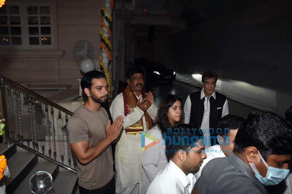 Photos Ekta Kapoor, Jeetendra and Tusshar Kapoor for Ganpati Visarjan (1)
