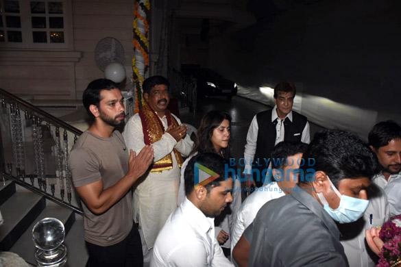 Photos Ekta Kapoor, Jeetendra and Tusshar Kapoor for Ganpati Visarjan (3)