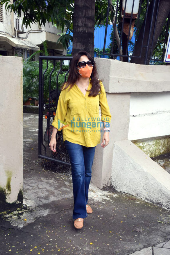 Photos Madhuri Dixit and Huma Qureshi snapped in Juhu (3)